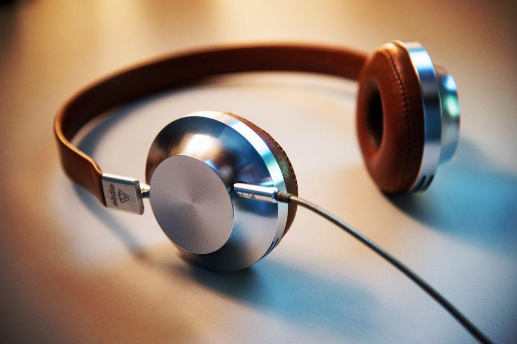 headphones-2591890_1280